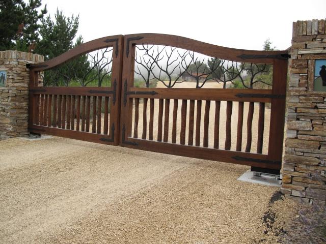 Cửa cổng gỗ đẹp